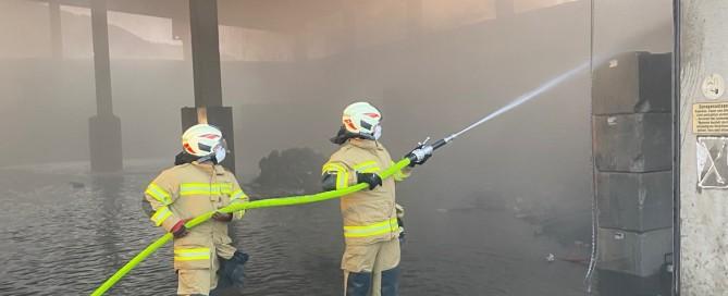 Brand: FFU bei den Löscharbeiten